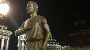 En staty i Skopje med stolt ställning och blick