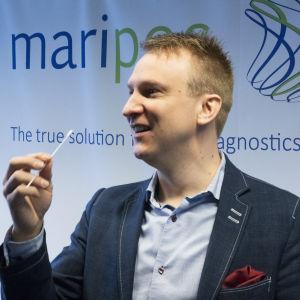 Produktutvecklingschef  Janne Koskinen presenterar den medicinska provtagningen.