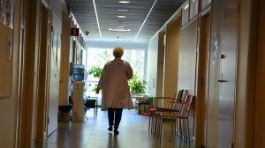 läkare går i korridor.