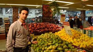 Mohammed Haroon Wafa arbetar i mataffär.