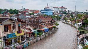 Kaupunkinäkymä Yogyakartasta Indonesiassa, etualalla Kali Code-joki.