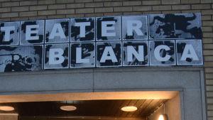 Erik LIndgren utanför ingången till Teater Blanca.