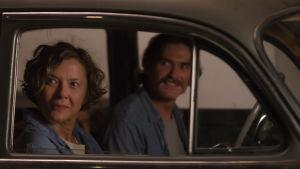 Annette Bening ja Billy Crudup istuvat autossa, kuva elokuvasta Vuosisadan naiset.