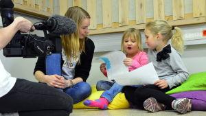 Anni Kero och Matilda Eklund berättar om sina tekningar för Hanna Eklund under provfilmningen för Undra sa flundra.