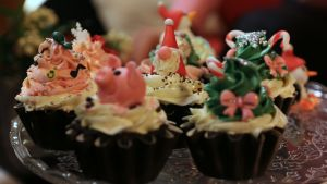 en uppsättning med cupcakes på ett fat
