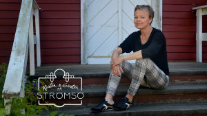 Susanna Ström-Wilkinson sitter ute på trappan på Strömsö