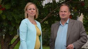 VD för Folkhälsan utbildning Anna Bertills och rektor Seppo Kallio från Borgaregatans skola