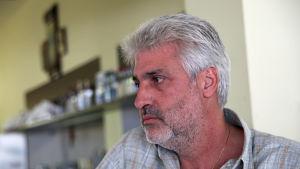 Restaurangägaren Michalis Alagiannis i byn Loutropoli Thermis på Lesbos.