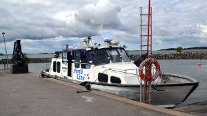 Pörtö Lines båt m/s Matilda som tar ut passagerare till Söderskär