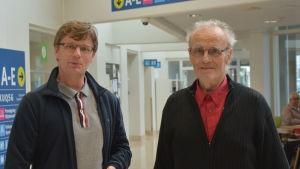 Två män står tillsammans i sjukhuskorridor.