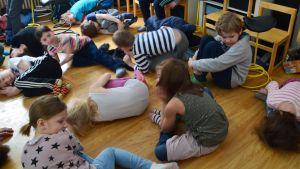 Elever i Salpar skola i Sibbo liger på golvet för att de just dansat.