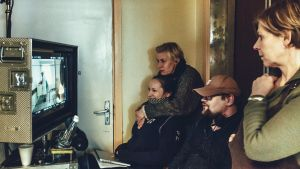 Inspelning av filmen Näkemiin Neuvostoliitto, regissören Randla sitter i ett rum och följer på en monitor inspelningen tillsammans med några andra människor.