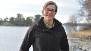 Joanna Norkko står på brygga. Hav  och holmar i bakgrunden.