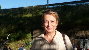 Karin Svahnström ute vid så kallade järnvägsbron i Karis