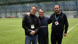 """Turneringens beskyddare Pertti """"Pekka"""" Utriainen står mellan arrangörerna Samuel Broman och Hannu Kotimäki."""