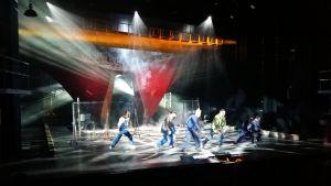 """En dansscen ur musikalen """"Det sista fartyget"""" på Åbo stadsteater."""