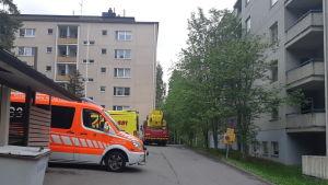 Pelastuslaitoksen yksikköjä Jyväskylän Kypärämäessä sijaitsevan kerrostalon pihalla.