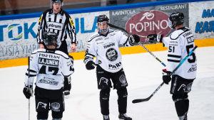 TPS-spelarna Lauri Pajuniemi, Ville Lajunen och Markus Nurmi firar ett mål.