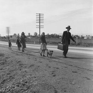 Lama ja kuivuus ajoivat kokonaisia perheitä tien päälle tilapäistöitä etsimään. Arizona 1939