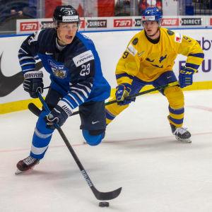 Ville Petman jagas av Victor Söderstöm.