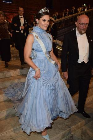 Kronprinsessan Victoria går ned för trappor.