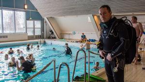 Dykinstruktör Tommi Hartman i Vasa simhall.