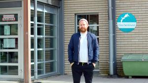 Jan Lindholm utanför simhallen i Vasa.