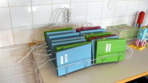 Läsplattor på laddning i en skolklass.