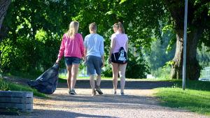 Elever från Lypa städar längs åstranden i Borgå