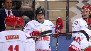 Aleksandr Lukasjenko står i avbytarbåset.