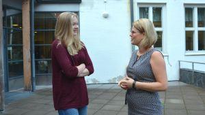 Rektor Monica Lemberg samtalar med eleven Ronja Loman vid ingången till Källhagens skola.