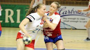 HIFK:s Mari Paukku anfaller mot Dickens Carolina Böckelman.