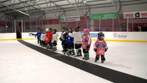 Små hockeyjuniorer.