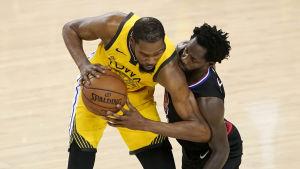Kevin Durant spelar basket.