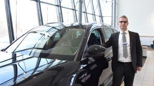 Jocke Enckell säljer bilar i Esbo.