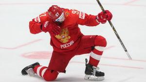 Nikita Gusev firar ett straffmål i VM-bronsmatchen mot Tjeckien.