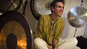 Stefan Backas och en samling gongongar och andra instrument.