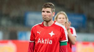 En rörd Tuomas Aho efter den sista ligamatchen 2016.