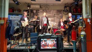 Guns Rosor på scen, hela bandet syns.