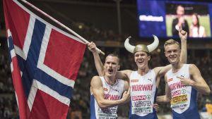 Henrik, Jakob och Filip Ingebrigtsen jublar.