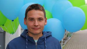 Nuori mies Joensuun kirjaston edessä.