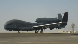 Amerikansk  RQ-4 Global Hawk på landningsbana