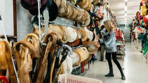 Vaatteita ja kävelykeppejä Ylen puvustamossa Pasilassa.