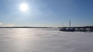 Solig vinterdag i Ingå småbåtshamn.
