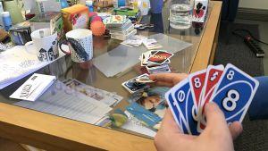 Unga spelar Uno på ungdomsverkstaden Sveps.