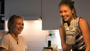 Seglarna Noora Ruskola och Mikaela Wulff i köket.