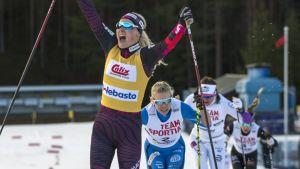 Anne Kyllönen vinner damsprinten före Jasmi Joensuu och Anni Alakoski.