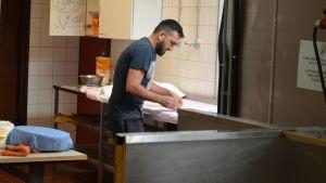 Asylsökande bakar bröd