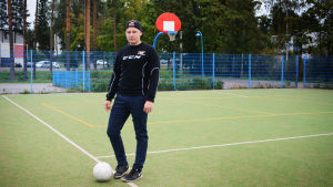 Tino Jylhä, har själv spelat i Icehearts och är nu på läroavtal hos organisationen.