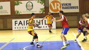 Cocks anfaller mot Dicken i semifinalen i Finska Cupen.